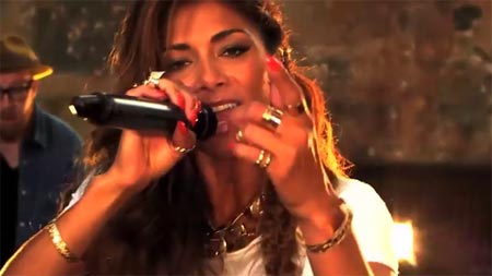 Nicole Scherzinger interpreta 'Your Love' en formato acústico